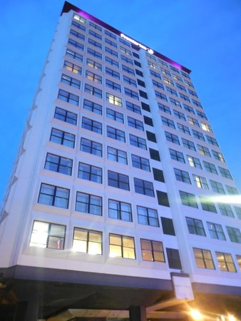 Premier Inn Glasgow City Centre (Charing Cross) Hotel: Hotel at night