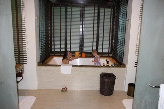Gaya Island Resort: GIANT bath!