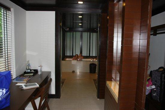 Gaya Island Resort: View into giant bathroom