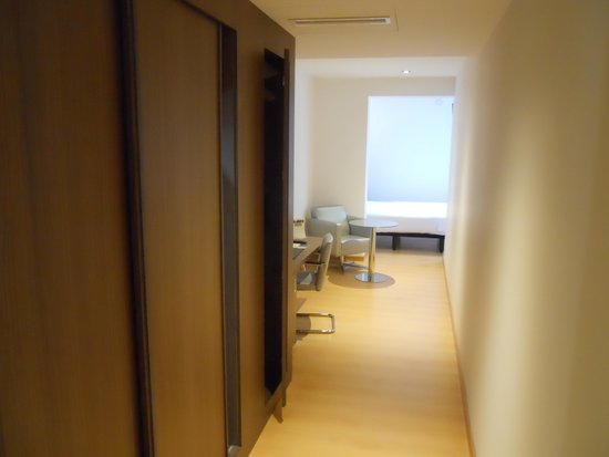 Sercotel Blue Coruña: Corridor like area between bathroom and bed