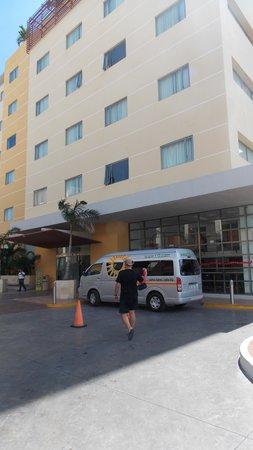 LQ Hotel by La Quinta Cancun: у входа в отель