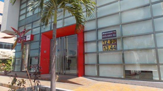 LQ Hotel by La Quinta Cancun: банк - соседнее здание
