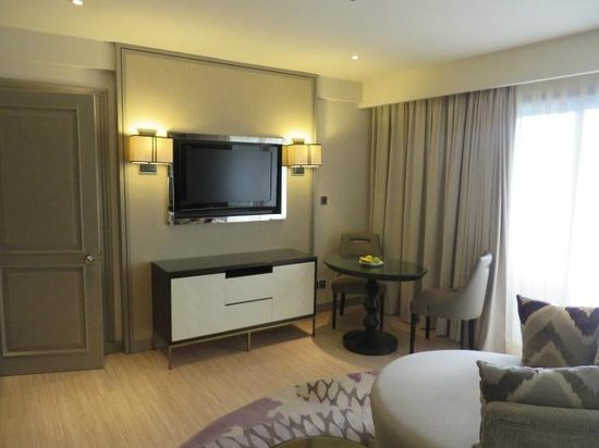 Sheraton Bandung Hotel & Towers: Spacious space in front of TV