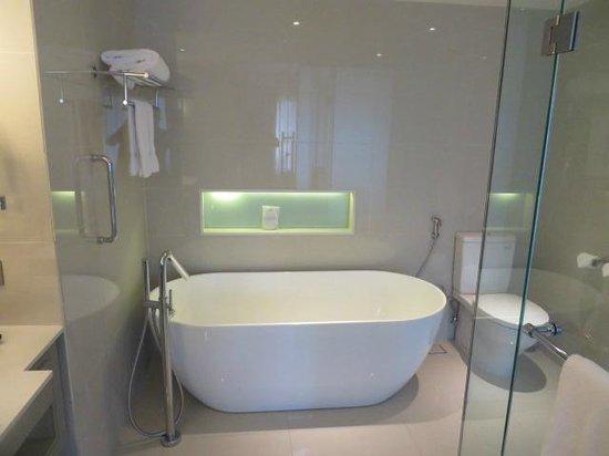 Sheraton Bandung Hotel & Towers: Bathroom