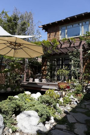 Craftsman House Bed and Breakfast Los Angeles: backyard garden, my love.
