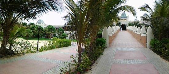 Clubhotel Riu Karamboa : Vanuit de tuin naar de receptie en/of bars