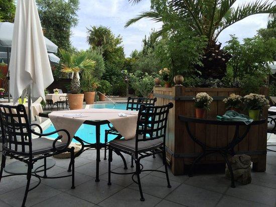 Hotel La Guérinière : Petit déjeuner autour de la piscine.