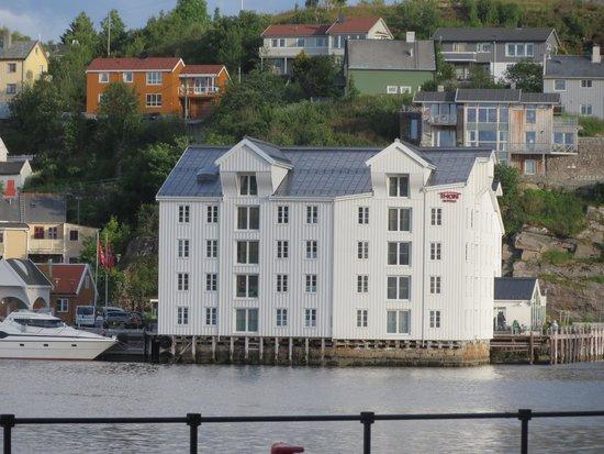 Thon Hotel Kristiansund: Bilde tatt frå sjø sida