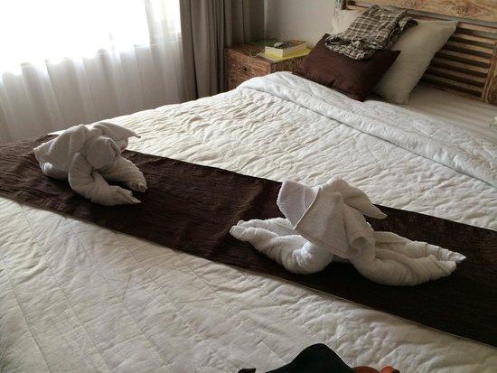 Tunjung Mas Bungalows: Bed made with 'babi guling'.