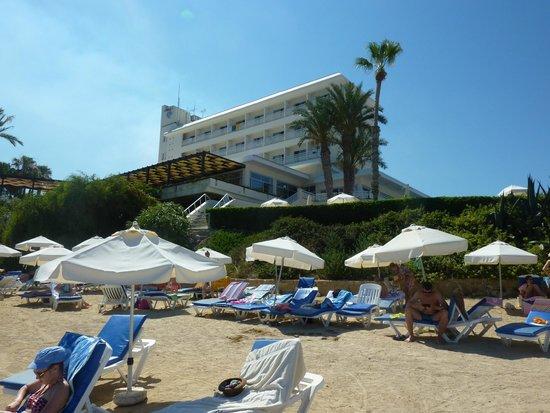 Cynthiana Beach Hotel: Вид отеля с пляжа