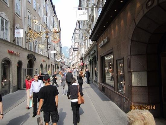 Hotel Goldener Hirsch, a Luxury Collection Hotel, Salzburg : Street right outside front lobby door,