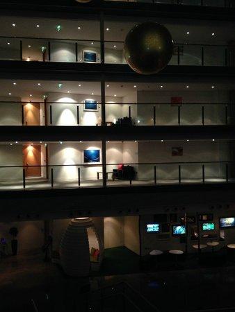 Clayton Hotel Cork City: Atrium at night