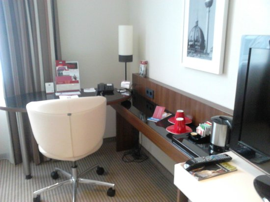 Leonardo Royal Hotel Berlin Alexanderplatz: Desk