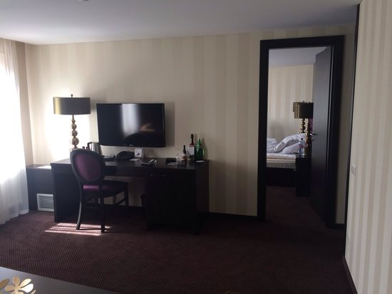 Amberton Hotel: Апартаменты. Окна с видом на ратушу