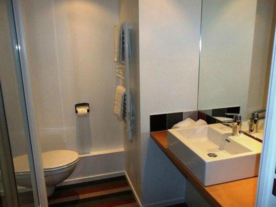 Hôtel Donibane: salle de bain  classique