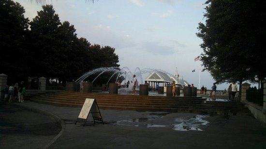 Charleston Waterfront Park : Fountain at the park