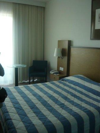 Mediterranean Beach Hotel: Номер делюкс