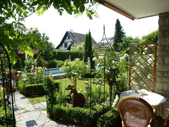 Im Röseligarten: Aussicht von der Terrasse in den Garten