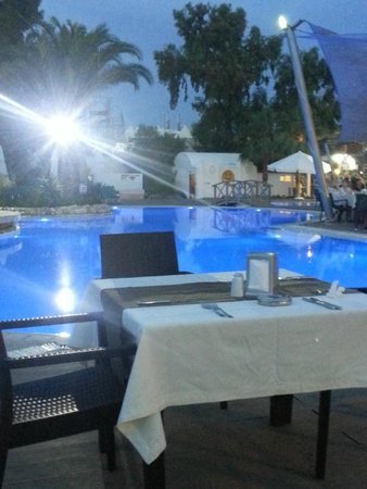 Magnific Hotel: pool in the evening
