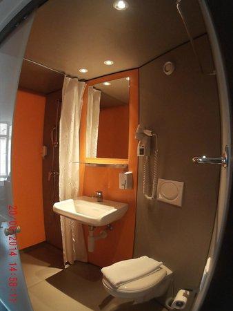 easyHotel Zurich : bathroom