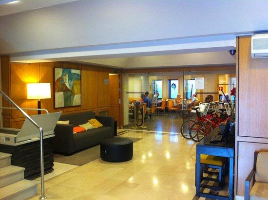 Hotel Via Augusta: Eingang und Blick richtung Speisesaal.
