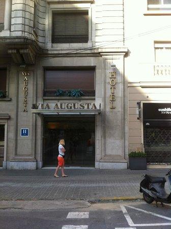 Hotel Via Augusta: Hotel von vorne.