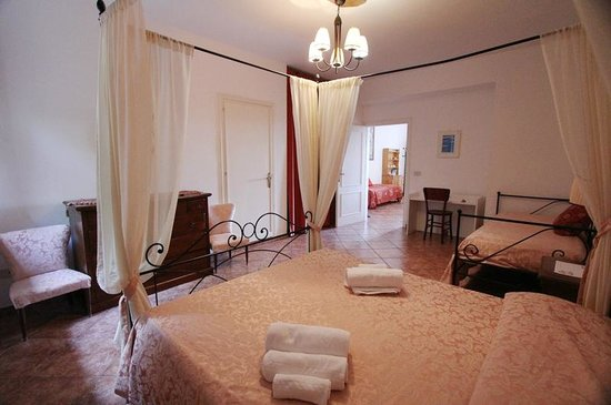 Apartments Barabani Stefano: sleeping room- camera dal letto