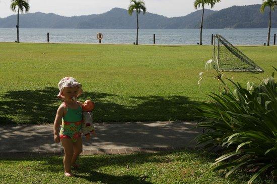 Shangri-La's Tanjung Aru Resort & Spa: Grassy surrounds
