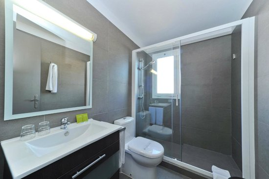 Hotel Paseo De Gracia: Bathroom in Family Room
