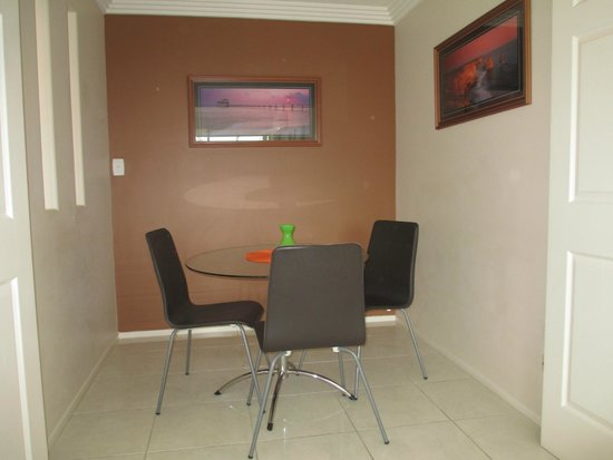 Baronnet Apartments: Dining area