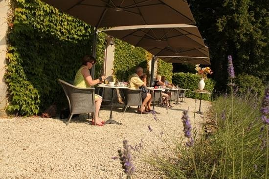 Chateau Valcreuse: Relaxing breakfast