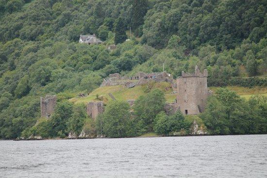 Loch Ness Cruises: Burgruine am Ufer