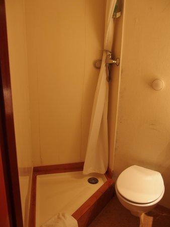 Comfort Hotel Airport CDG: シャワー室 狭い