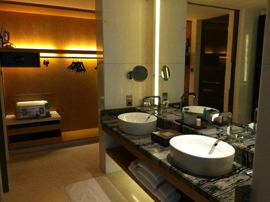 Park Hyatt Abu Dhabi Hotel & Villas: bathroom in the beach suite