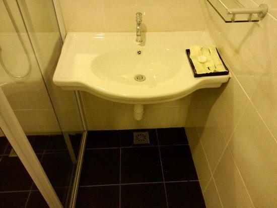Hotel Nusa: Bathroom lavatory