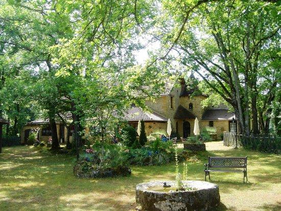 Auberge de Castel Merle : The garden