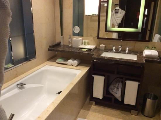 The Westin Beijing Chaoyang: Bedroom and bath