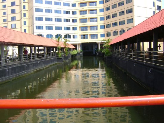 Ramada Alleppey: Canal between the hotel building and pool.........