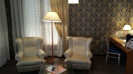 Hotel Grand Torino : salotto camera