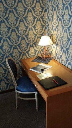 Hotel Grand Torino: dettaglio salotto camera