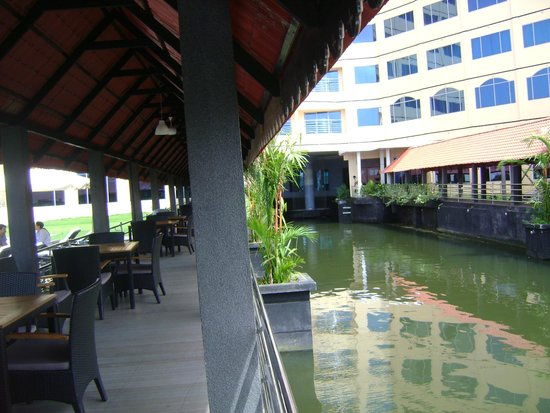 Ramada Alleppey: Pool area......