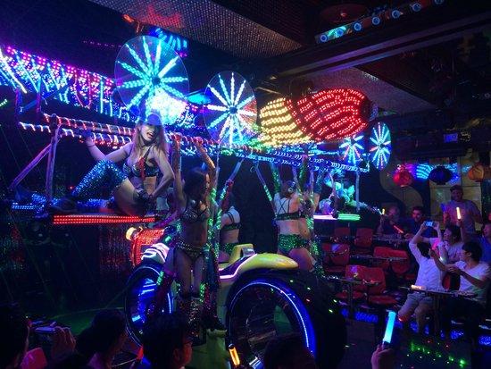 Robot Restaurant: Bunte Show