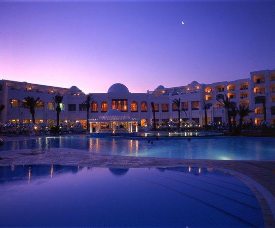 Mahdia Palace Thalasso : Night view outdoor pool