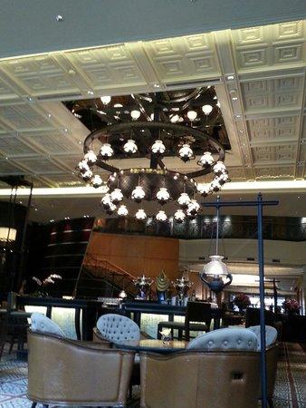Mandarin Oriental, Kuala Lumpur : Chandelier in lobby lounge