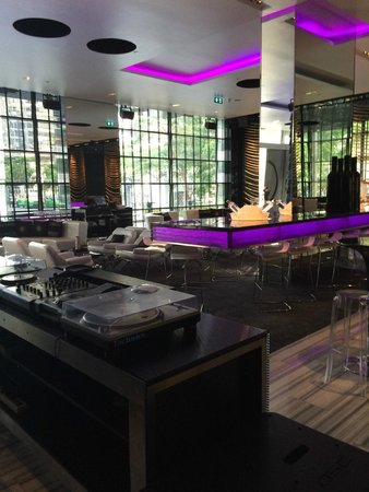 W Bangkok: Bar/Night Club next to front desk
