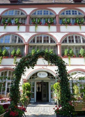 Bischofshof am Dom: Hoteleingang im Gartenrestaurant