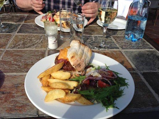 Buffelsdrift Game Lodge Restaurant: Delicious burgers, wedges & wine