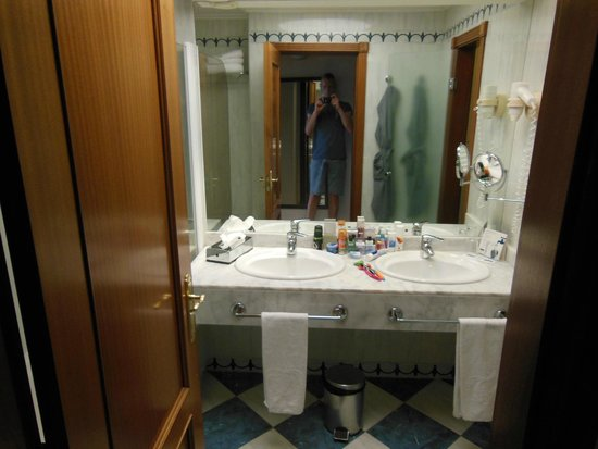 H10 Playa Meloneras Palace: Quite dated bathroom but clean.