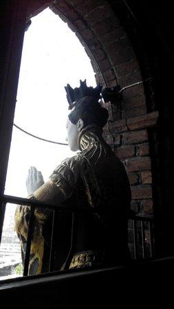 Ayuntamiento: Статуя у окна