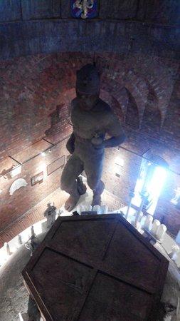 Ayuntamiento: Огромная статуя внутри